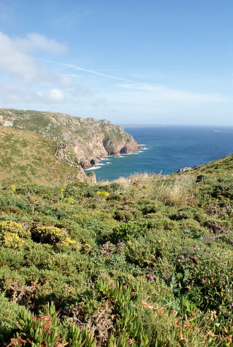 на скалах в Португалии