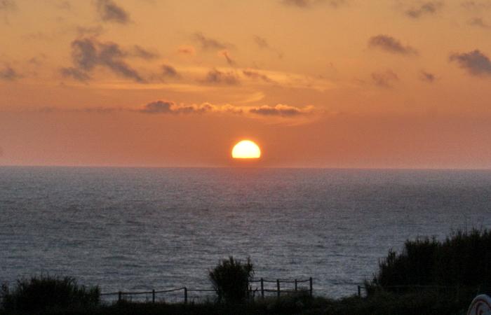 солнце опускается в океан