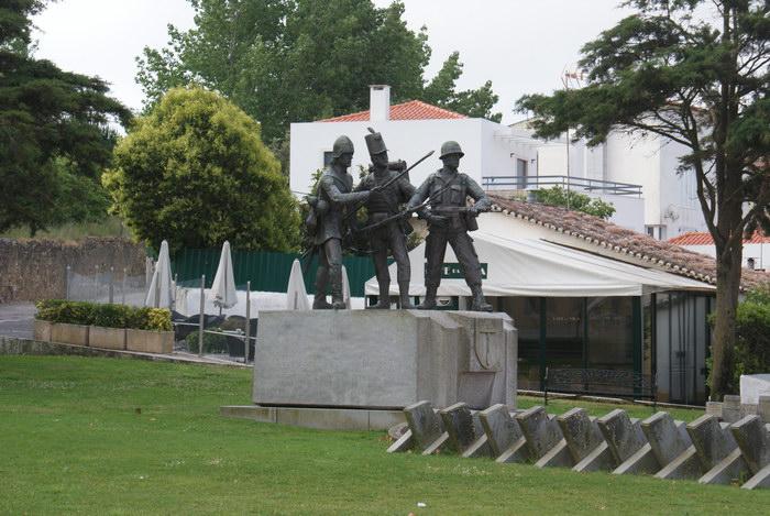Португалия. Дворец в Мафре. Памятник пехотинцам