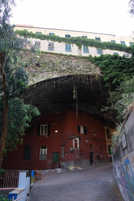 Италия, Генуя, дом под мостом