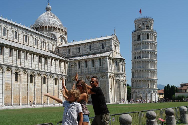 Пиза, туристы подпирающие падающую башню