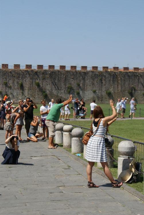 Пиза, туристы фотографируют падающую башню