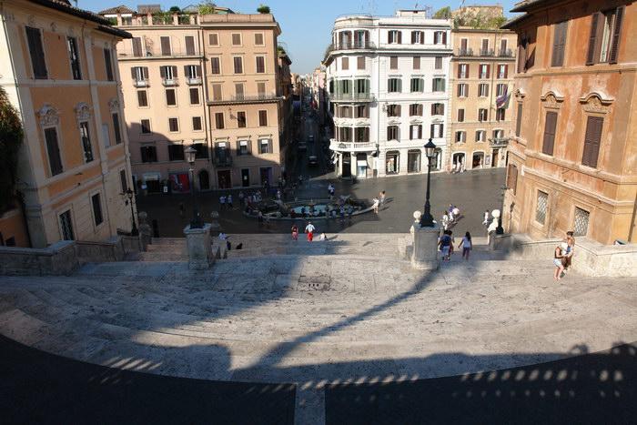 Рим, Фонтан у подножия Испанской лестницы