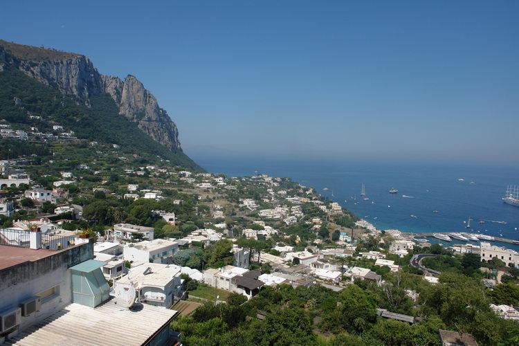 остров Капри, вид сверху на Марина Гранде
