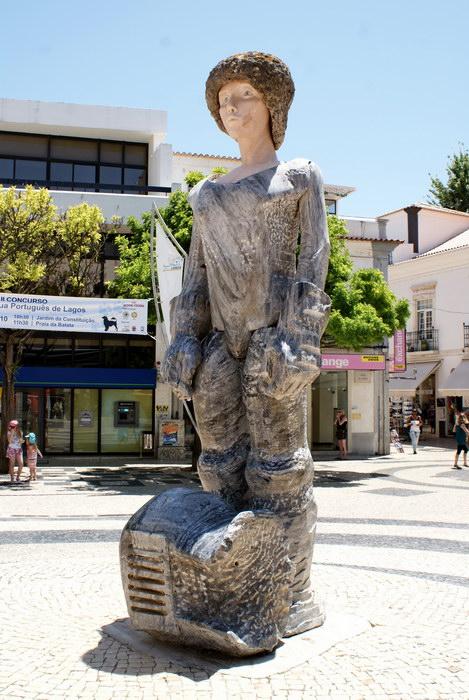 Португалия Лагуш, Лагос, Лагош. Старый город. уличная скульптура мальчика