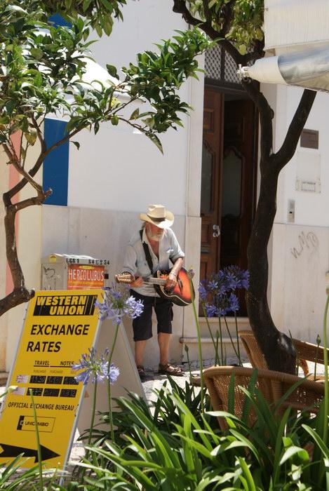 Португалия Лагуш, Лагос, Лагош. Старый город. уличные музыканты