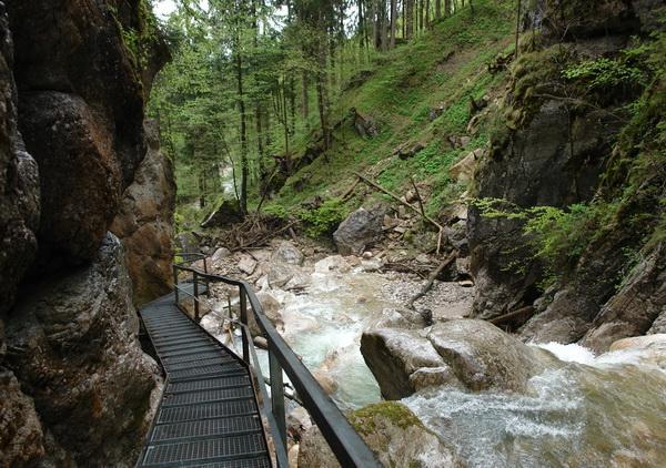 замок Людвига Баварского Нойшванштайн, водопад