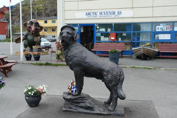 Остров Магерё. Хунингсвег. Памятник псу-герою Бамсе
