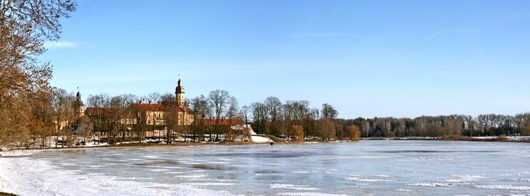 Панорама Несвижского замка со стороны дамбы и пруда