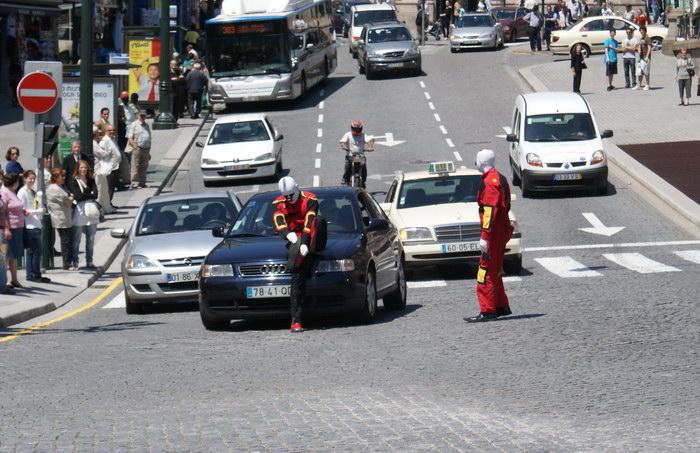 Клоуны в Порту на перекрестке
