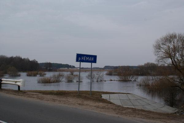 Паводок в Беларуси. Разлив реки Неман. Мост через реку у Песочного