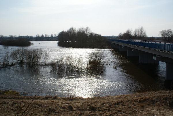 Паводок в Беларуси. Разлив реки Неман. Мост через реку у Магильно