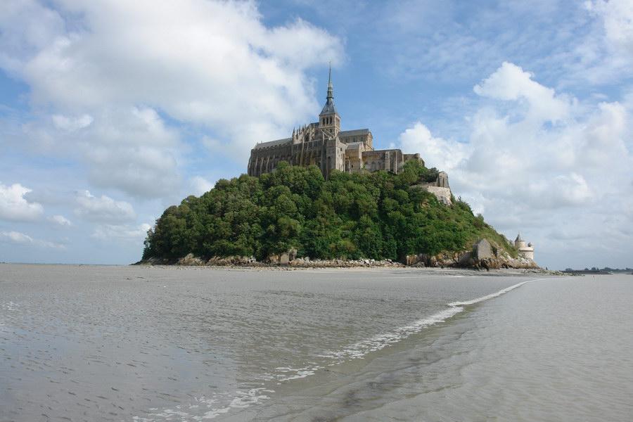 на дне залива Мон-Сен-Мишель во время отлива