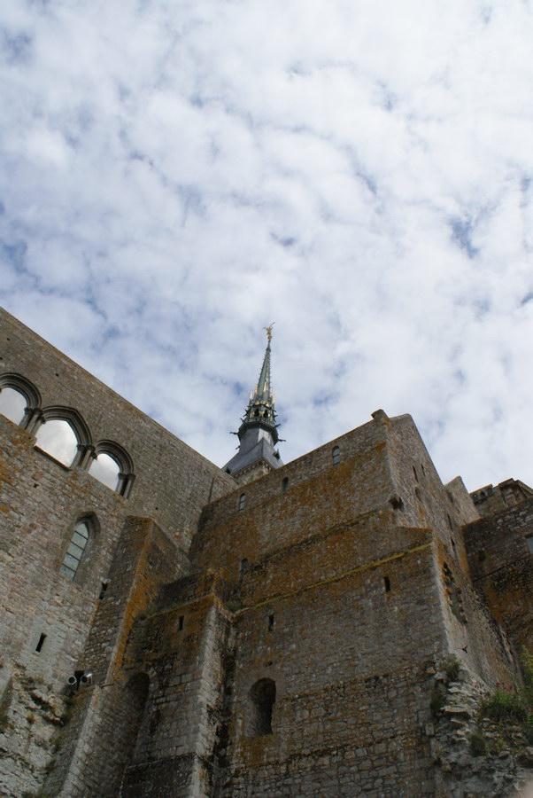 Вниз по крепостной стене Мон-Сен-Мишель
