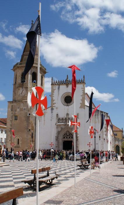 Португалия. Томар. Кресты на рыночной площади