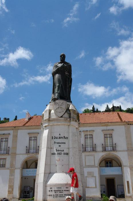 Португалия. Томар. Памятник основателю Томара