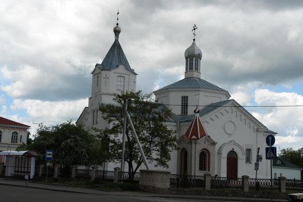 Напротив костела находится Воскресенская церковь, построенная в ретроспективно-русском стиле