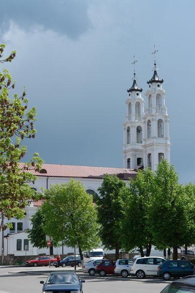 Издалека видны высокие ажурные башни костела св. Михаила Архангела.