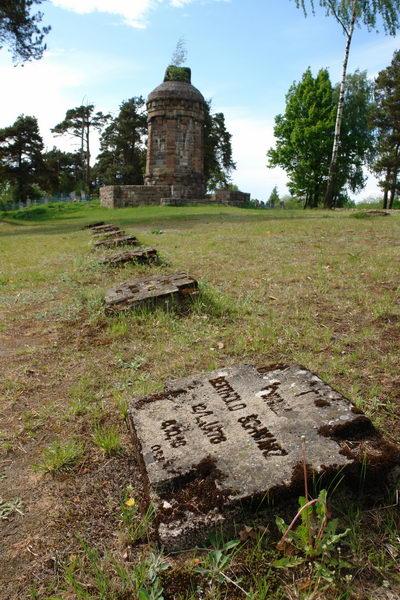 На выезде из деревни Десятники находится немецкое военное кладбище времен Первой мировой войны
