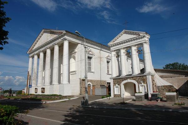 На главной площади Воложина также находится класицистский костел Св. Иосифа