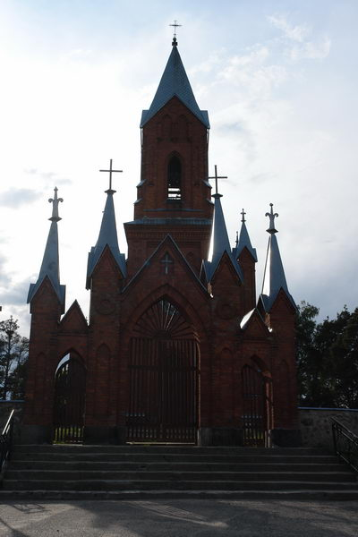 На выезде из города в сторону Минска обязательно посмотрите на красный костел св. Алексея