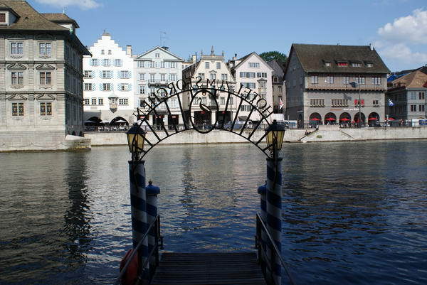 Цюрих исторический центр на реке Лиммат